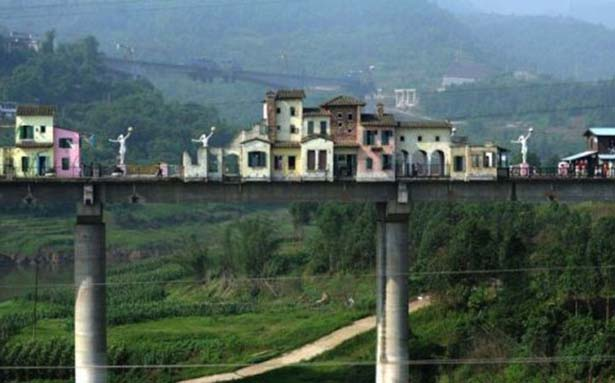 Wow, a whole village on a bridge
